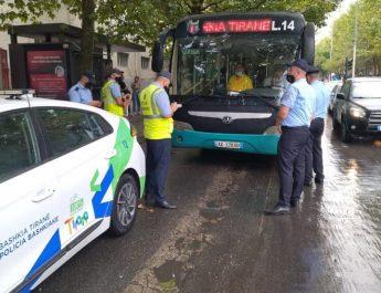 """Në zbatim të Vendimit Nr. 33350/4 datë 08.09.2021, të Kryetarit të Bashkia Tiranë, për heqien e liçensës së operatorit të transportit publik të linjës së """"Unazës"""", si dhe në mbështetje të specialistëve të Drejtoria e Përgjithshme e Taksave dhe Tarifave Vendore – Bashkia Tiranë,  për zbatimin e Urdhrit të Bllokimit Nr. 109 datë 16.09.2021, si subjekt debitor, të lëshuar ndaj tij, shërbimet e Policisë Bashkiake, kanë organizuar punën dhe kanë marrë masa të gjithanshme,  për ndeshkimin me masa administrative të operatorit të konstatuar në kryerje e sipër të shërbimit të transportit publik pa liçensën përkatëse, si dhe në mbështetjen e kolegëve të DPTTV-ës, për mbylljen e aktiviteteve të këtij subjekti debitor, deri në shlyerjen e detyrimeve që ka ndaj Bashkisë Tiranë."""
