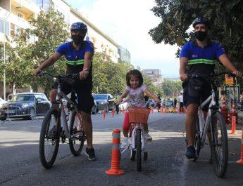 """Në kuadër të aktivitetit sportiv """"Java e Mobilitetit pa makina"""", organizuar nga Bashkia Tiranë, shërbimet e Policisë Bashkiake kanë  marrë masa për pastrimin nga mjetet e parkuara te Rr:""""Luigj Gurakuqi"""", si  dhe bllokimin e një pjese të këtij aksi, për t'i hapur rrugë  aktiviteteve të shumta sportive të organizuara brënda këtij segmenti rrugor, me qëllim sensibilizimin e qytetarëve për përdorimin sa më shumë të lëvizjeve alternative, në raport me përdorimin e automjeteve."""