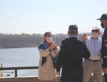 Me këshillime  në Parkun e Madh të Liqenit Artificial, për mbajtjen e maskës mbrojtëse  nga qytetarët, respektimin e korsive te vrapimit, apo te biçikletave, si dhe vendosjen e mbrojtëses së gojës kafshës shoqëruese.