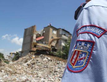 """Shërbimet e Policisë Bashkiake, kanë marrë masat e duhura, për t'u krijuar kushtet për punë, specialistëve të institucioneve përkatëse të Bashkia Tiranë, të cilët, pas përfundimit të ekspertizës dhe proçedurave ligjore, kanë vendosur të prishin një shtesë anësore 5-katëshe, në Rr:""""Ali Visha"""", e cila pas tërmetit të Nëntorit 2019, kish pësuar dëmtime dhe rrezikonte të shëmbej."""