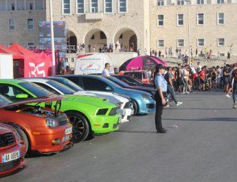 """Shërbimet e Policisë Bashkiake, kanë marrë masa për të garantuar mbarëvajtjen e aktivitetit """"Helldrift"""", të organizuar në bashkëpunim me Bashkia Tiranë, në sheshin Nënë Tereza, ku të apasionuarit pas makinave sportive, janë argëtuar me prezantimin e tyre."""